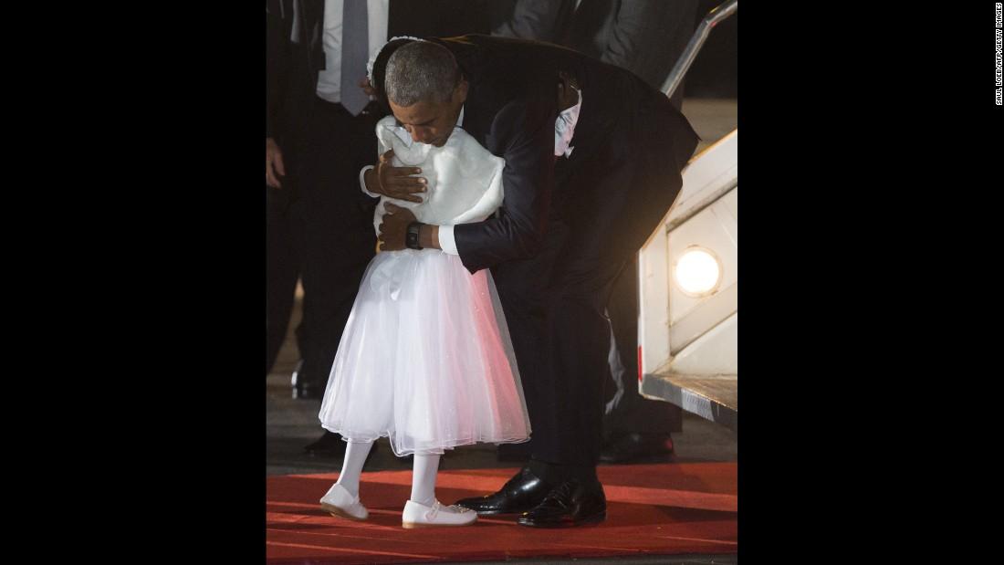 Obama abraza a Joan Wamaitha, 8, a su llegada a Kenia el 24 de julio.