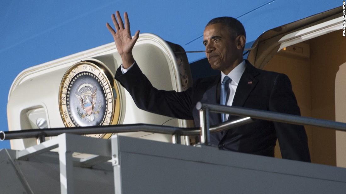Ondas de Obama desde la puerta del Air Force One en el Aeropuerto Internacional de Kenyatta en Nairobi el 24 de julio.