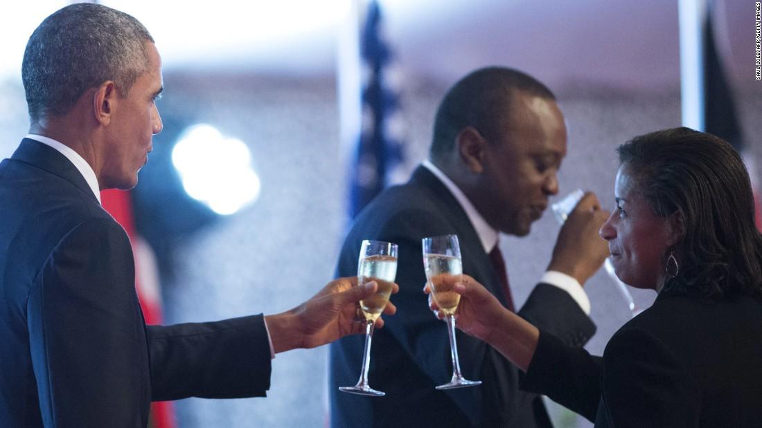 Obama y asesor de seguridad nacional, Susan Rice, comparten un brindis durante una cena de Estado ofrecida por Kenya & # 39; s Presidente en la Casa de Gobierno en Nairobi el sábado 25 de julio.