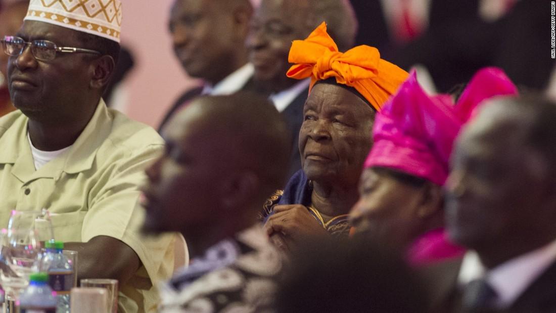 Obama & # 39; s paso a la abuela, mamá Sarah, centro, asiste a la cena de Estado en la Casa de Gobierno, en Nairobi, el 25 de julio.