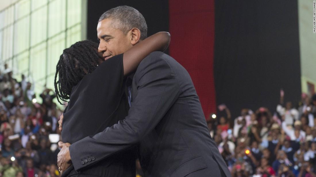 Obama abraza a su hermanastra Auma Obama durante un evento en el Centro Deportivo Internacional Moi el 26 de julio Se presentó a Obama a la multitud, diciendo que su hermano & quot; continúa siendo muy apegado a nosotros y quot;.  El Presidente pasó porciones de cada noche en Kenia con parientes.  & Lt; br / & gt;