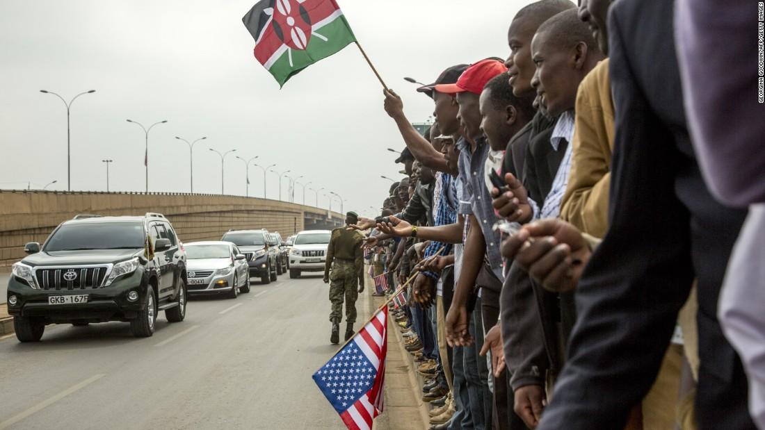 Kenianos saludar a los miembros de Kenya & # 39; s Parlamento fuera Safaricom Estadio Kasarani mientras esperan que Obama & # 39; s de la llegada el 26 de julio.