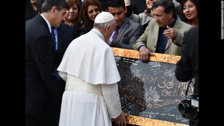 151014203632 04 pope francis chilean miners exlarge 169 - El Papa con los mineros chilenos