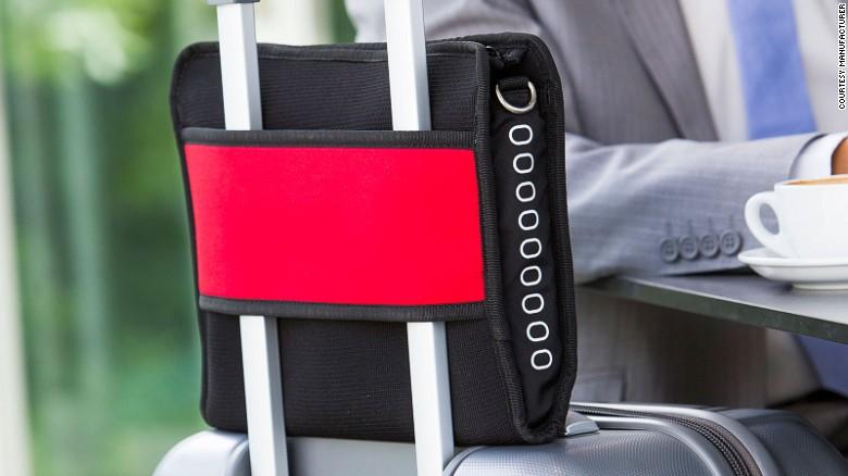 L'Airpocket est livré avec une large bande qui peut être fixée à une valise.