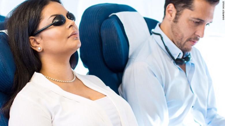 Ces teintes étranges prétendent aider à aider à dormir dans l'avion en bloquant toute la lumière du jour.