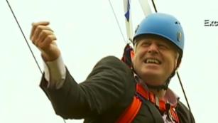 London mayor gets stuck on zip line