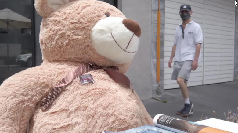 Cafe uses teddy bears to socially distance customers
