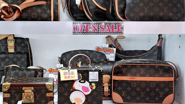 4a4441688369 China luxury battles shifting tastes