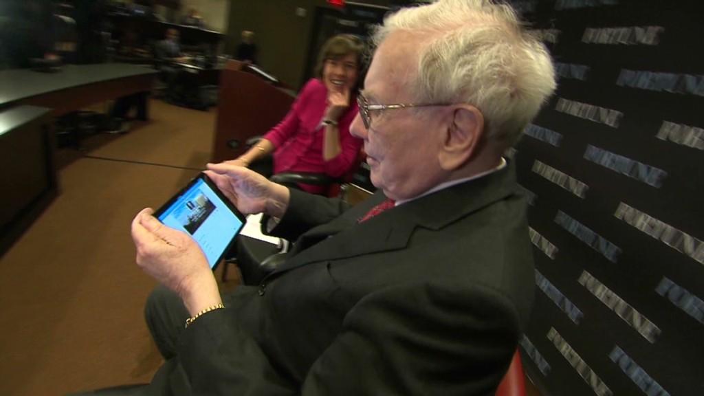 Watch Warren Buffett send his first tweet