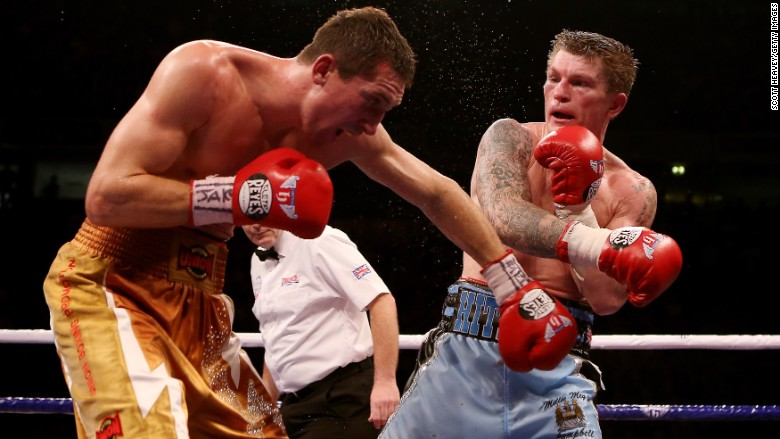 Ricky Hatton of Great Britain (R) in action with Vyacheslav Senchenko of Ukraine during their Welterweight bout at the MEN Arena on November 24, 2012 in Manchester, England. (Photo by Scott Heavey/Getty Images)