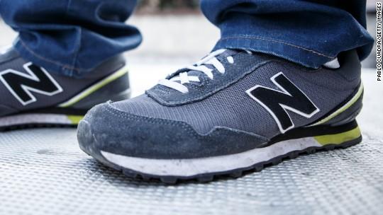 Productivo Azotado por el viento propietario  Customers burn New Balance shoes over Trump comments