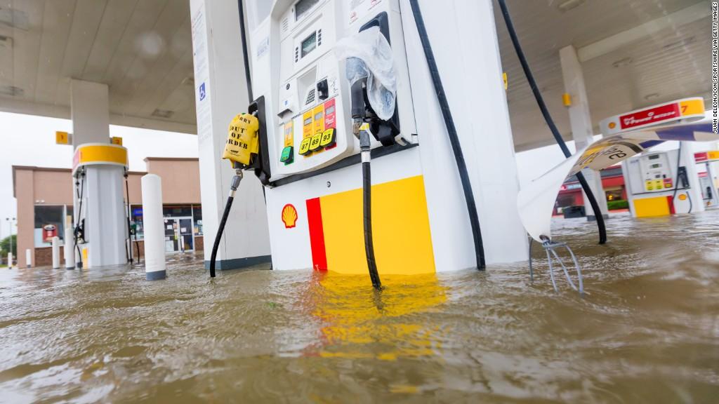 Hurricanes hit U.S. economy: 33,000 jobs lost in September