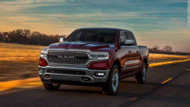detroit pickup showdown ford gm  fiat chrysler unveil  models