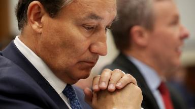 United CEO Oscar Munoz is skipping his bonus after rocky 2017