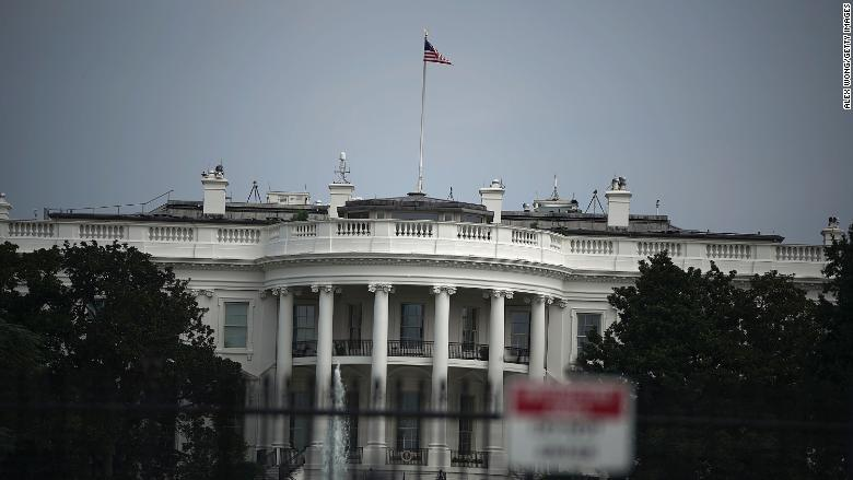 white house flag full staff 08.27.18